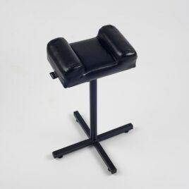 Классическая педикюрная подставка MAX (черный с мягкой частью, имеющей боковые валики) на Salontoo.ru